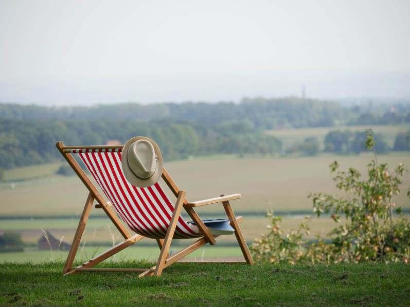 Liegestuhl mit Rot-Weißem Stoff in der Natur lackierter Stuhl
